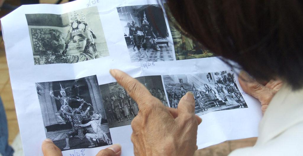 La beauté du geste, un film de Xavier de Lauzanne - S.A.R. Buppha Devi devant les archives danse Cambodge ballet