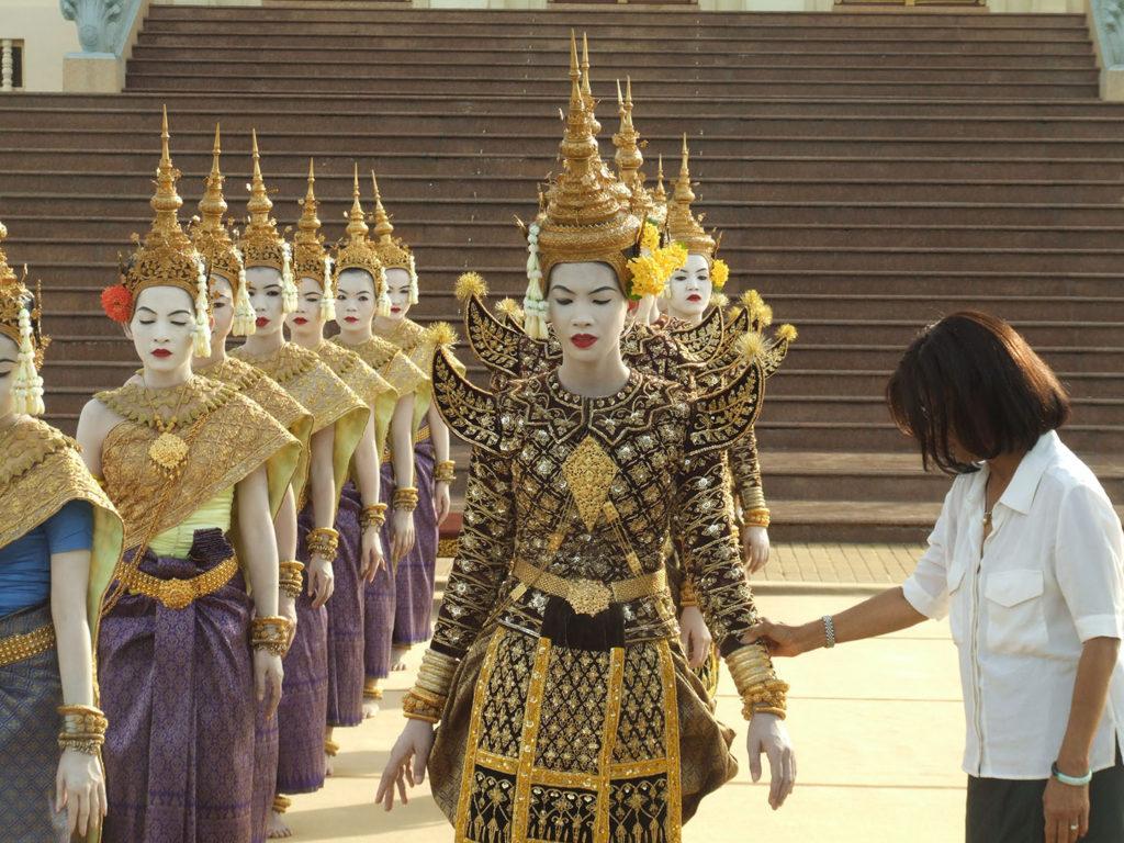 La beaute du geste, un film de Xavier de Lauzanne - S.A.R. Buppha Devi donnant un cours danse Cambodge ballet